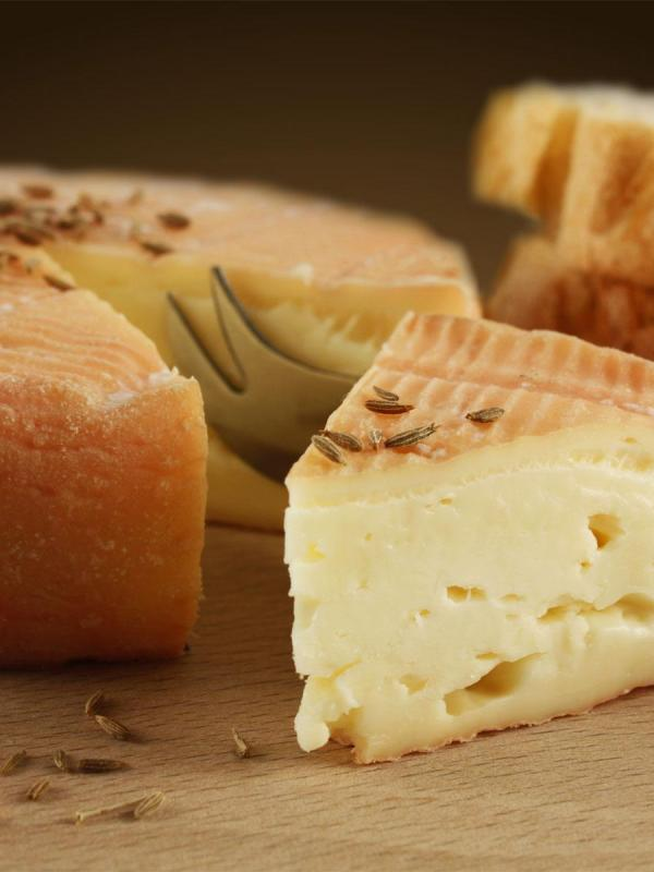 Traditionnel fromage de munster fermier au cumin