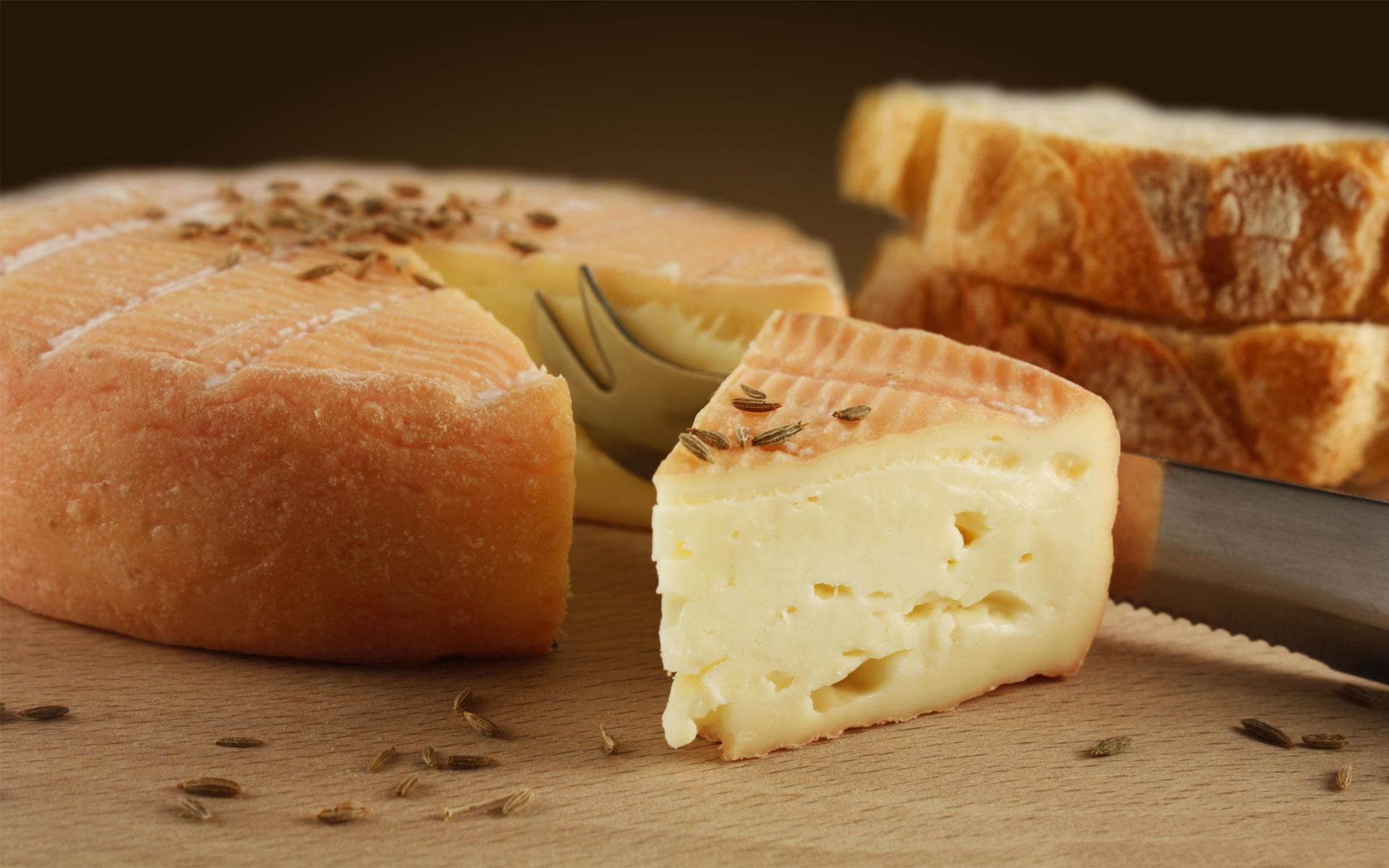 Traditionnel fromage de munster fermier au cumin