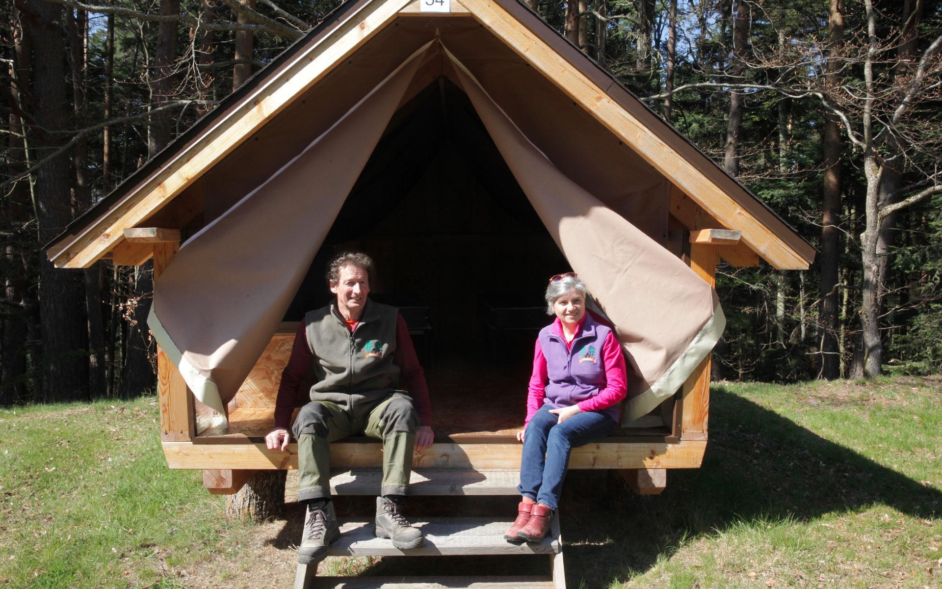 Alda et Roland devant la hutte