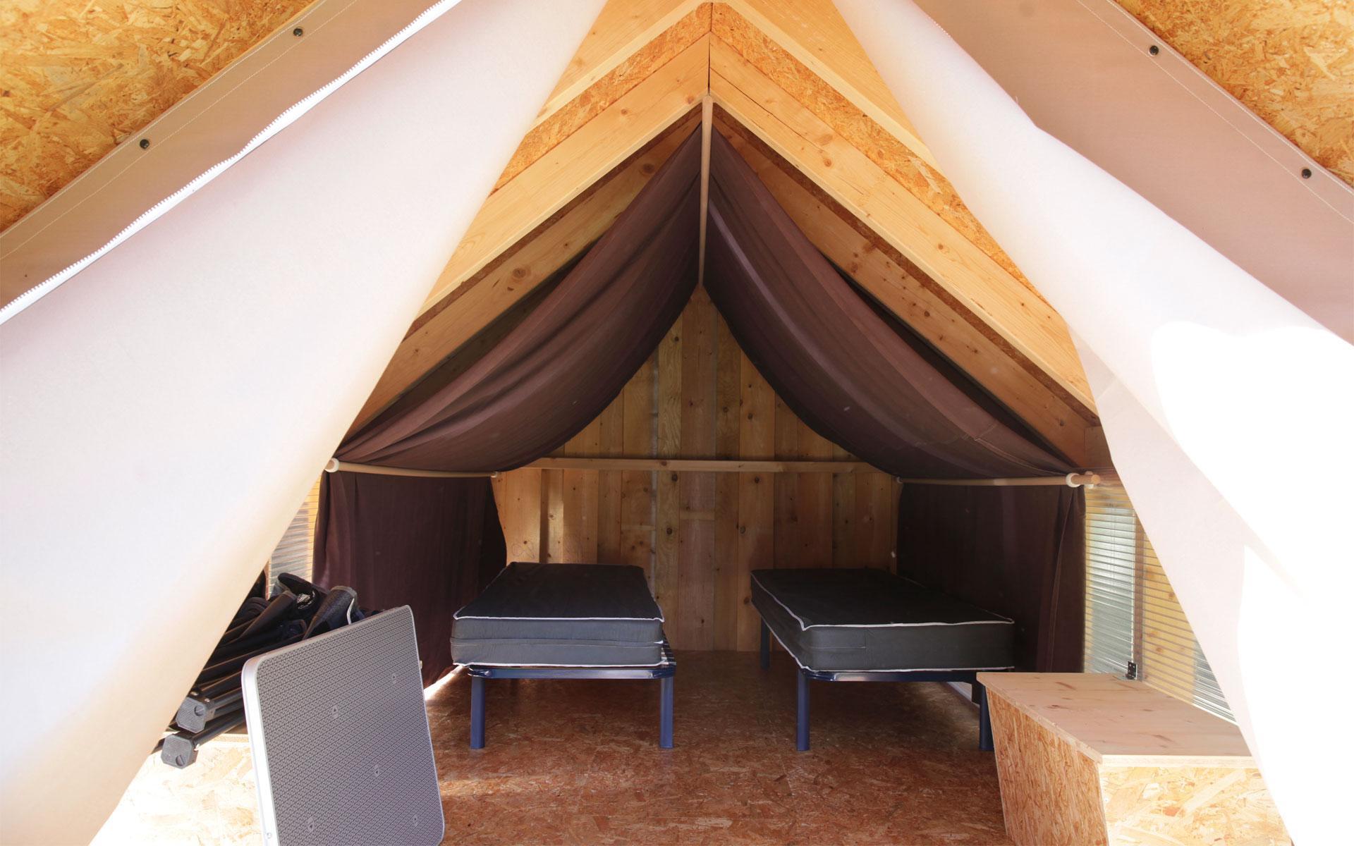 Lit deux personnes dans la hutte en bois