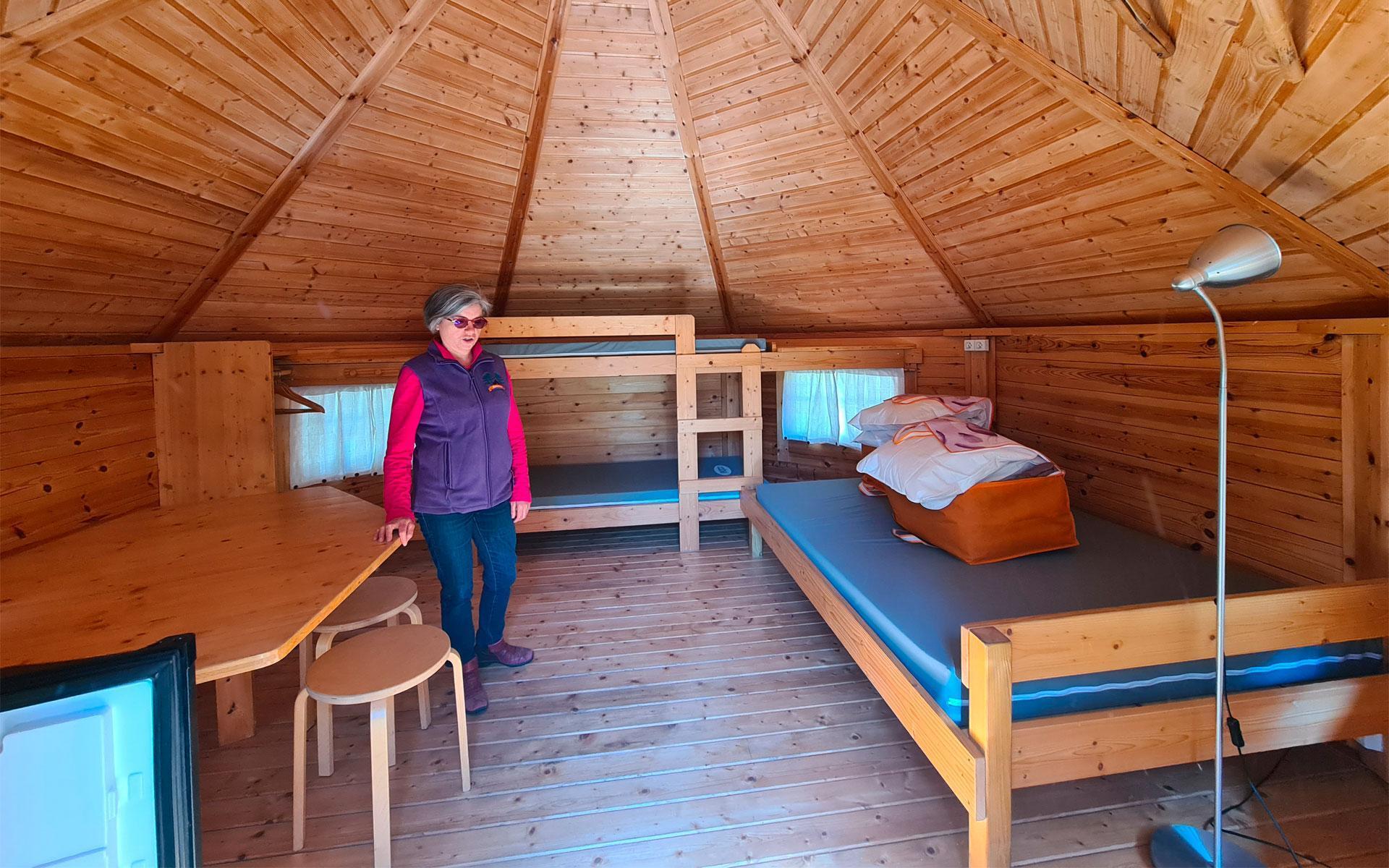 Intérieur chaleureux en bois tout confort pour une famille de 4 personnes